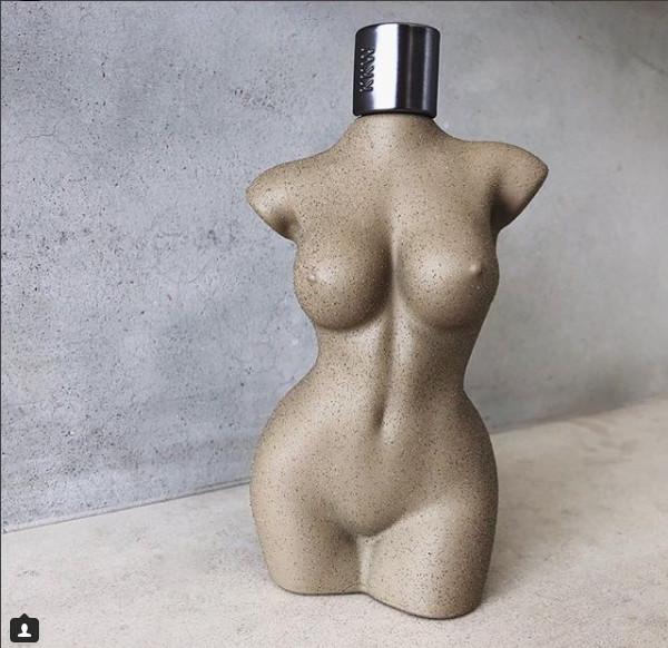 Envase de la fragancia KKW BODY, que se basaría en el cuerpo desnudo de Kim