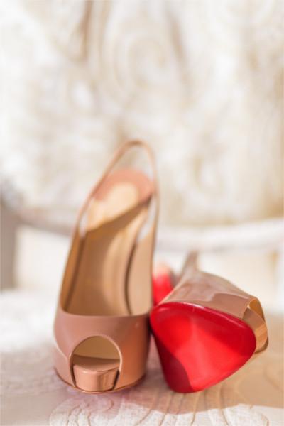Zapatos de tacón Louboutin mostrando la suela roja que se ha tratado de registrar como marca por el mundo