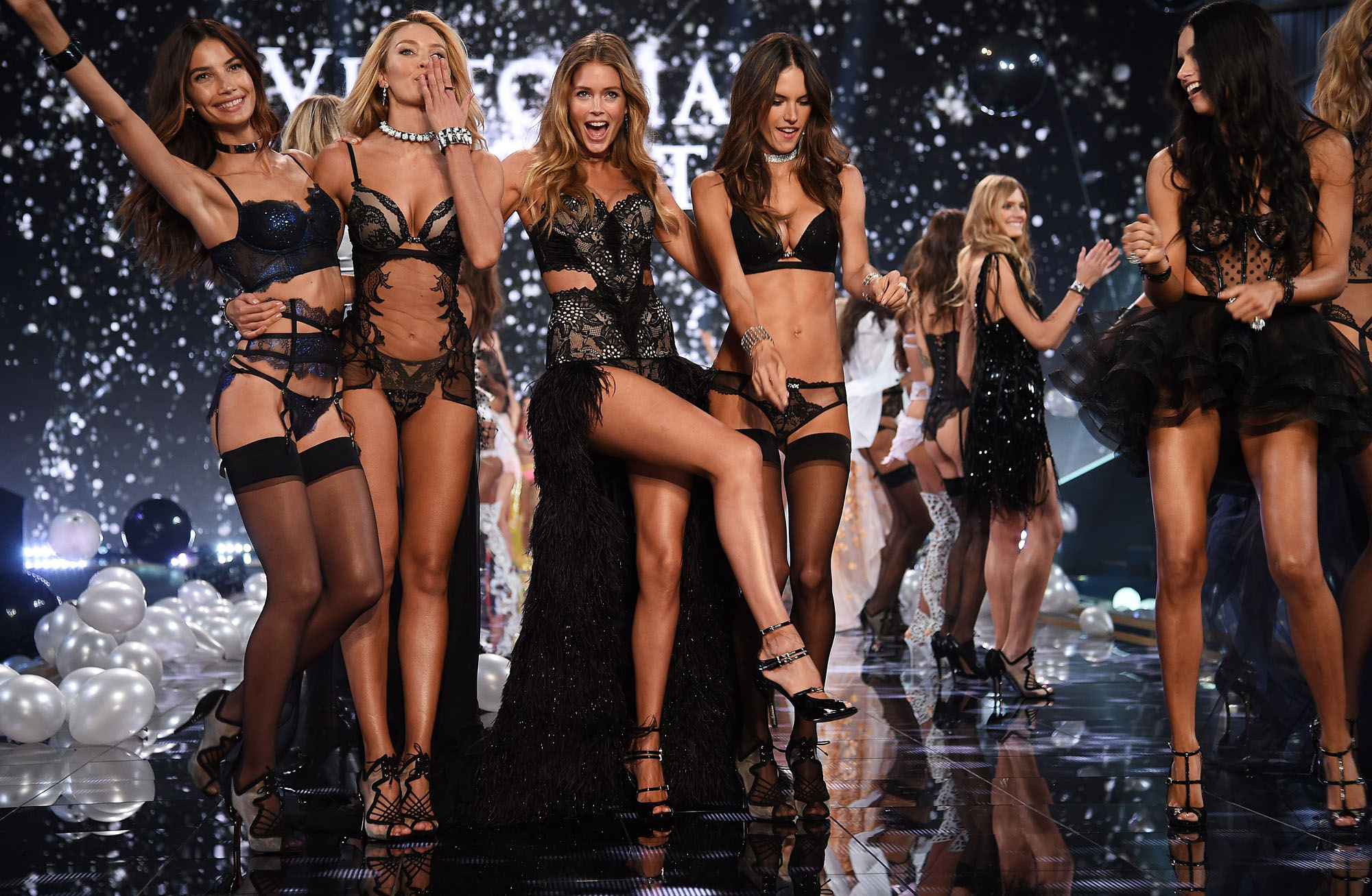 2014 Victoria's Secret Fashion Show – Show></noscript>