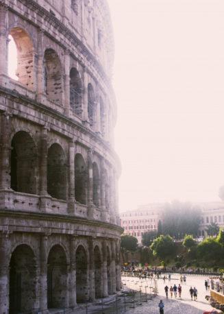 tiro-vertical-gran-coliseo-romano-dia-soleado_181624-3390 (1)